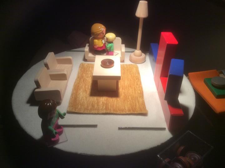Figura 3: Costruzione della scena nel MICROSPAZIO: due sorelle che parlano sedute sul divano in salotto mentre la mamma ascolta dalla cucina.