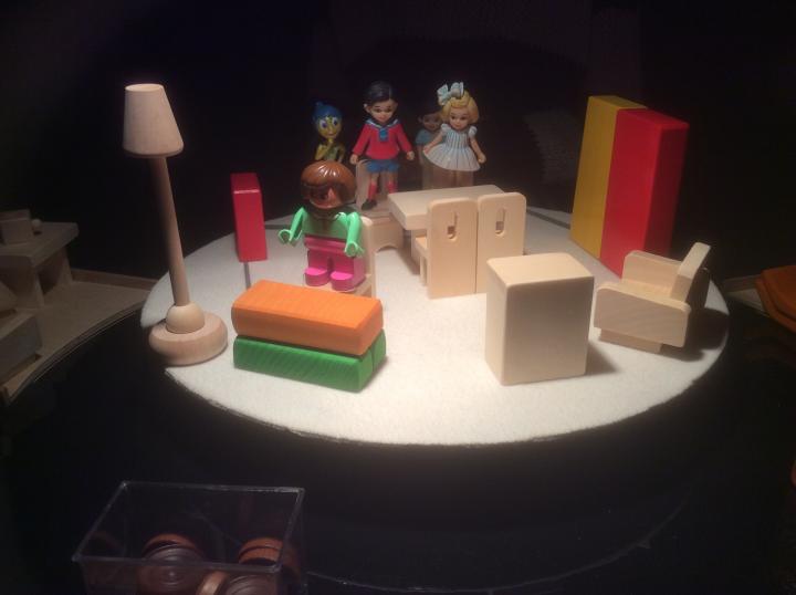 Figura 4: Costruzione della scena nel MICROSPAZIO: tutta la famiglia ascolta un'esecuzione al pianoforte